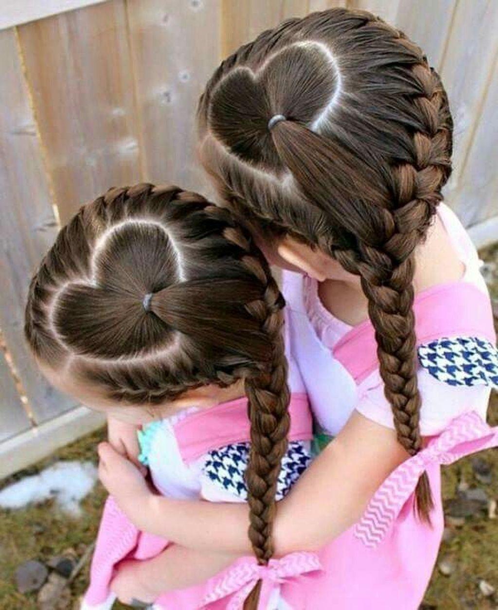 Kiểu kết tóc tạo hình trái tim đẹp cho bé