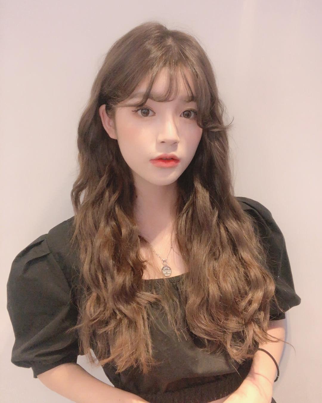 Kiểu tóc dài uốn lọn mái thưa