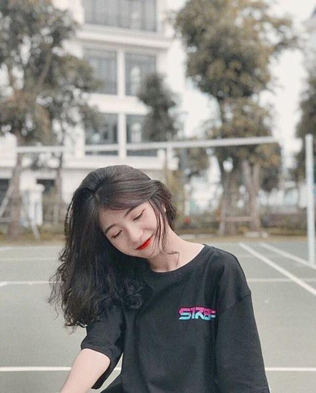 Kiểu tóc dài xoăn sóng mái phồng dễ thương