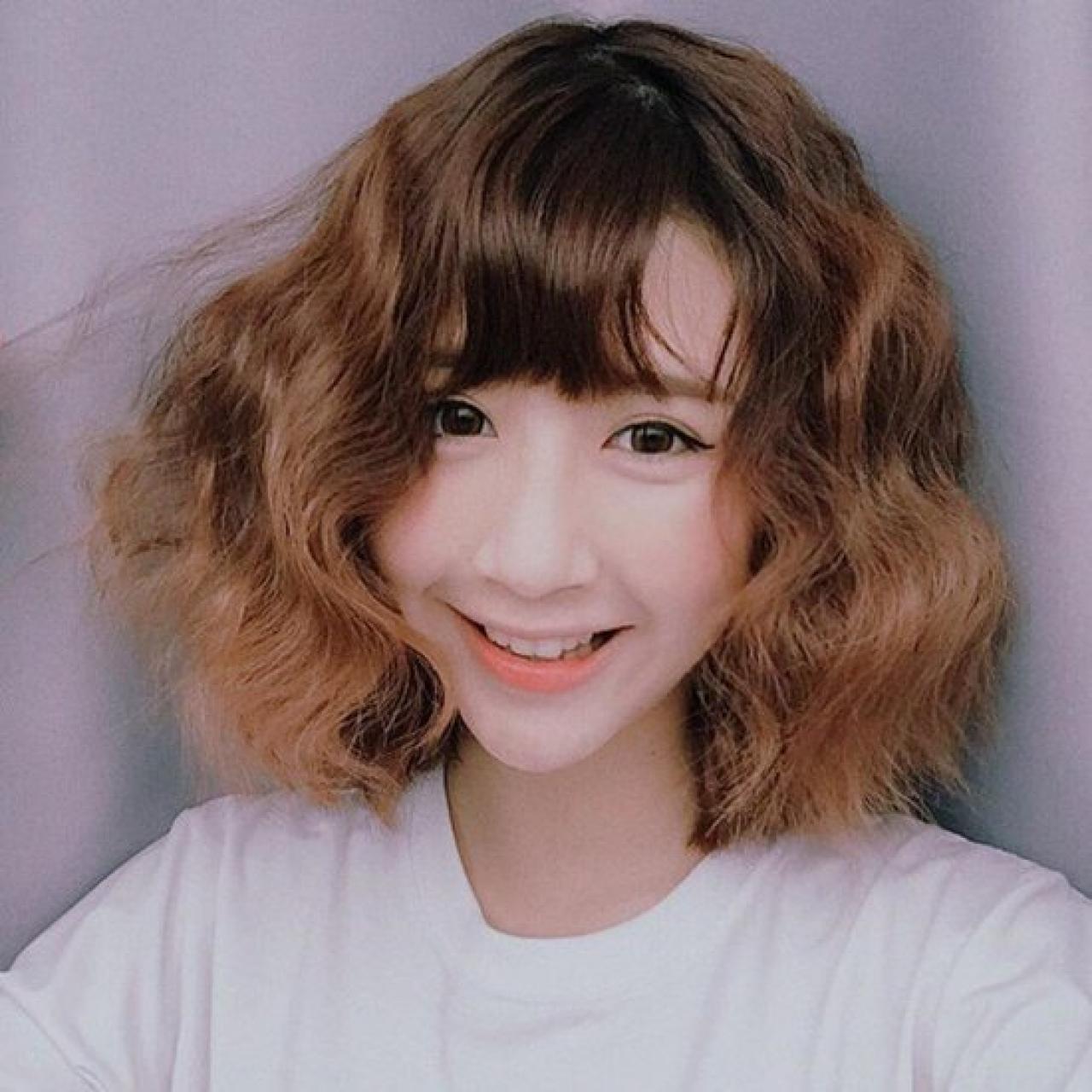 Kiểu tóc ngang vai mái thưa xoăn nhẹ