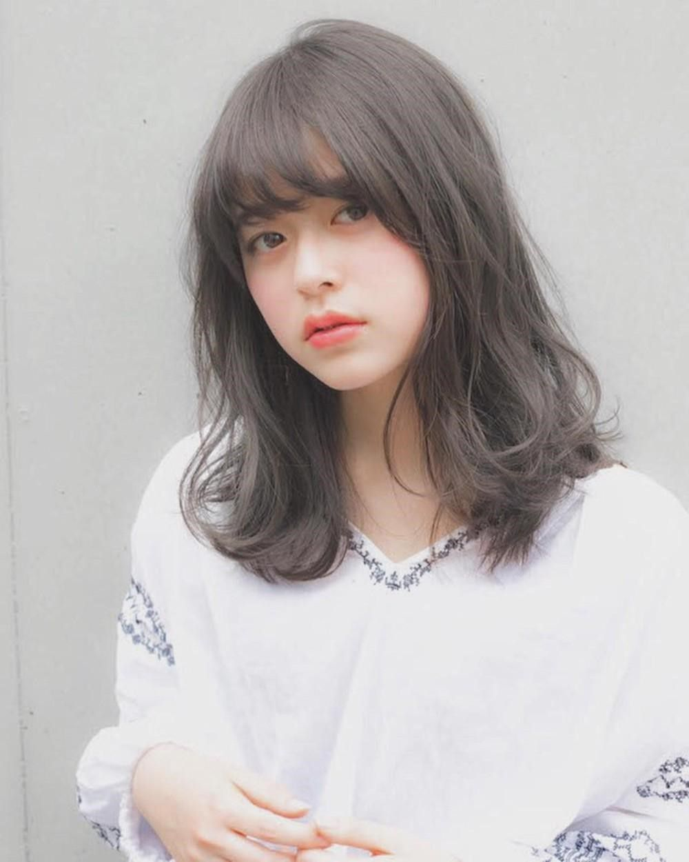 Kiểu tóc uốn ngang vai nhẹ nhàng