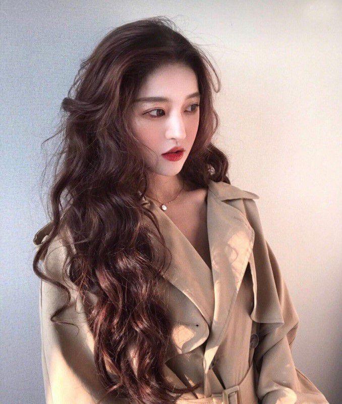 Kiểu tóc xoăn dài uốn nhẹ phần đuôi đẹp