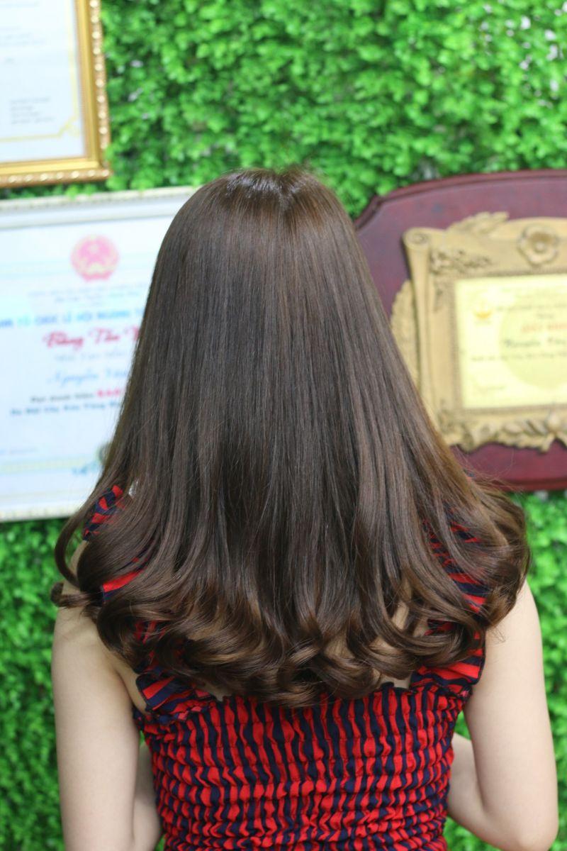 Tóc dài ngang lưng uốn nhẹ phần đuôi