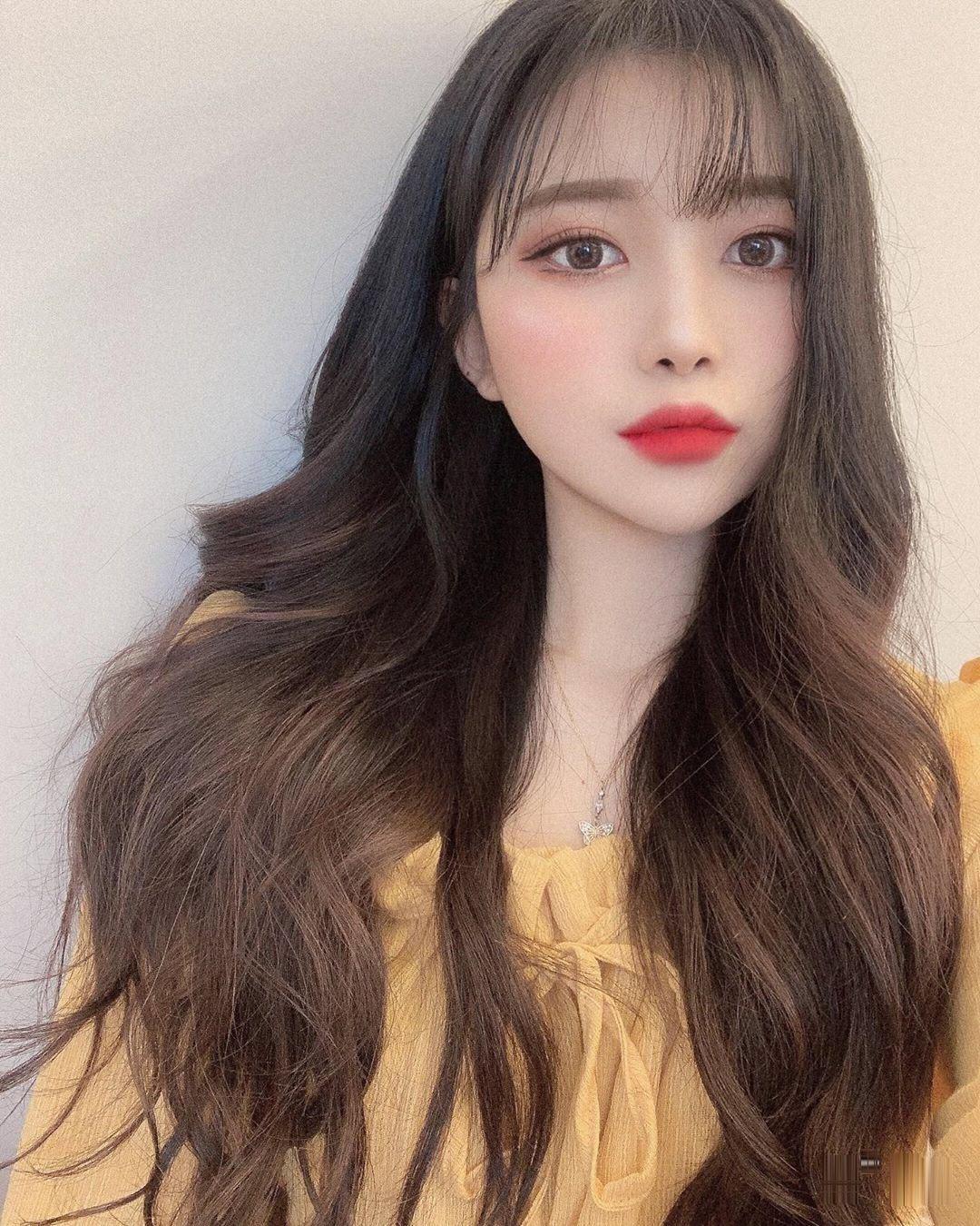 Tóc mái thưa kết hợp tóc xoăn dài