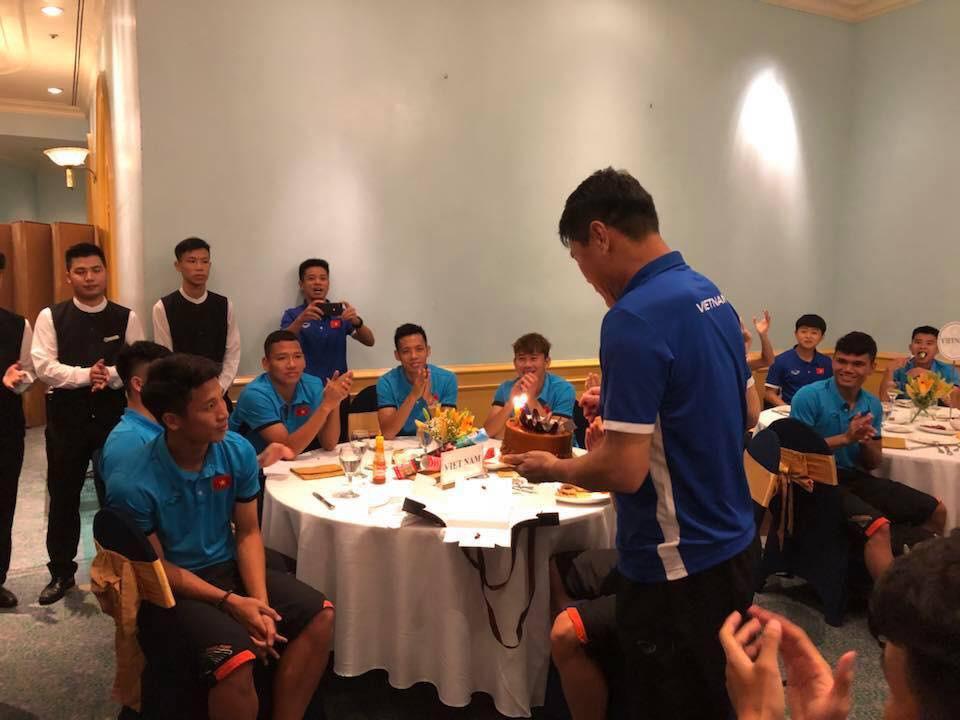 Ảnh bữa tiệc sinh nhật ấm áp của HLV thủ môn đội tuyển U23 VN