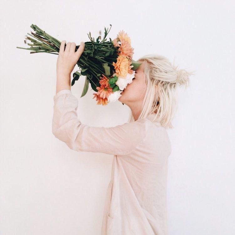 Ảnh đại diện cô gái cầm hoa che mặt