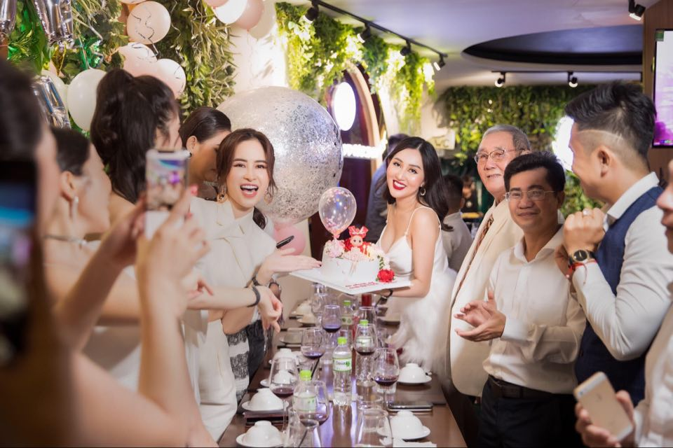 Ảnh hoa hậu Huỳnh Thúy Anh rạng rõ tại tiệc sinh nhật