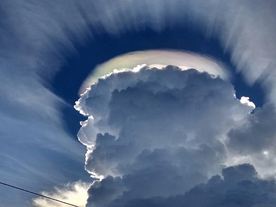 Ảnh đám mây kỳ lạ có vầng hào quang