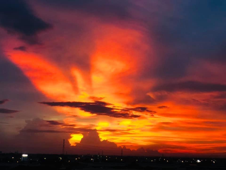 Ảnh mây hình phượng hoàng trển bầu trời Sài Gòn giữa cơn bão Covid 19