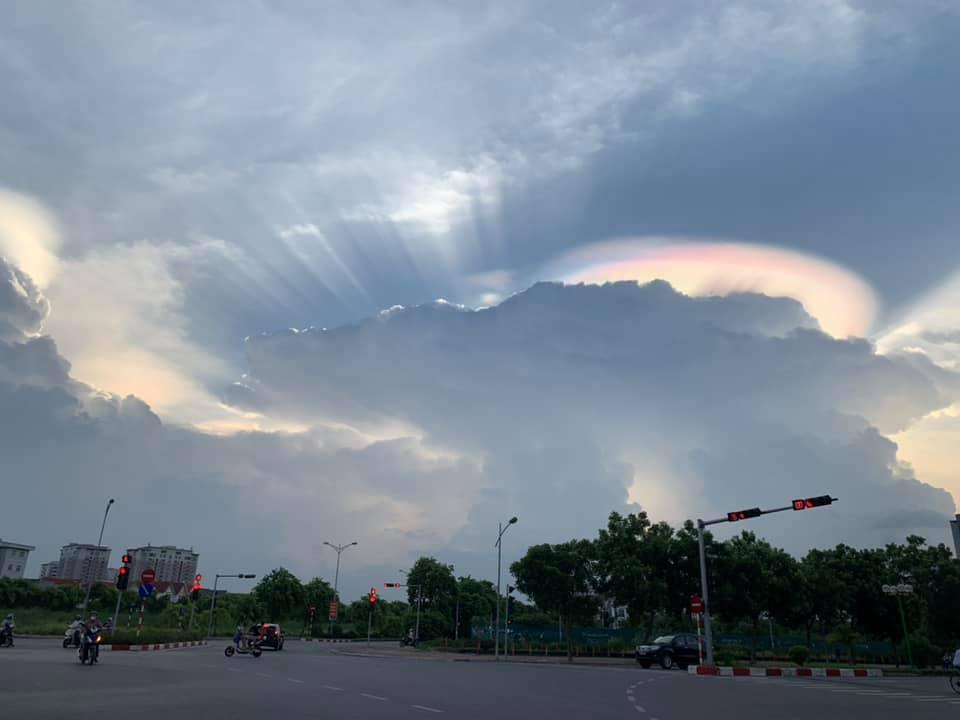 Ảnh mây ngũ sắc trên bầu trời Hà Nội