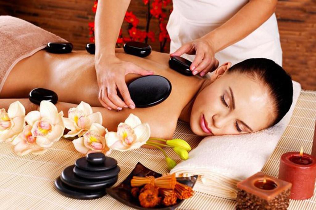 Hình ảnh nhân viên spa massage đá nóng