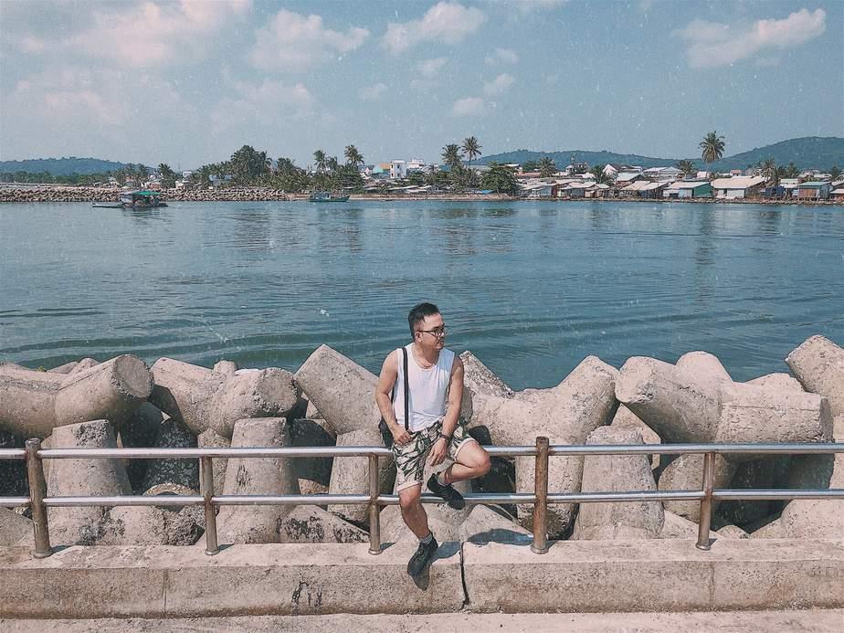 Ảnh bờ kè đá chắn tại Phú Quốc đẹp như trời Tây