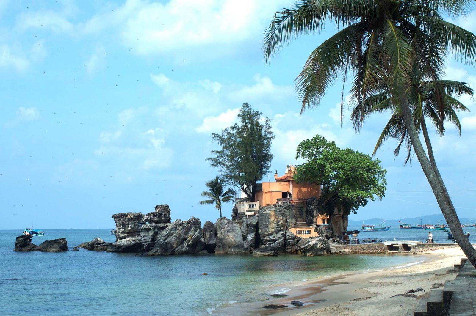 Ảnh Dinh Cậu - Phú Quốc hiền hòa nằm giữa biển khơi