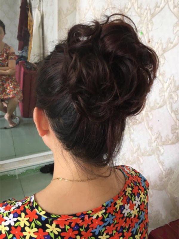 Kiểu tóc búi xoăn cho phụ nữ tuổi 50