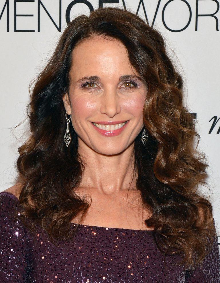 Kiểu tóc dài uốn xoăn cho phụ nữ tuổi 50