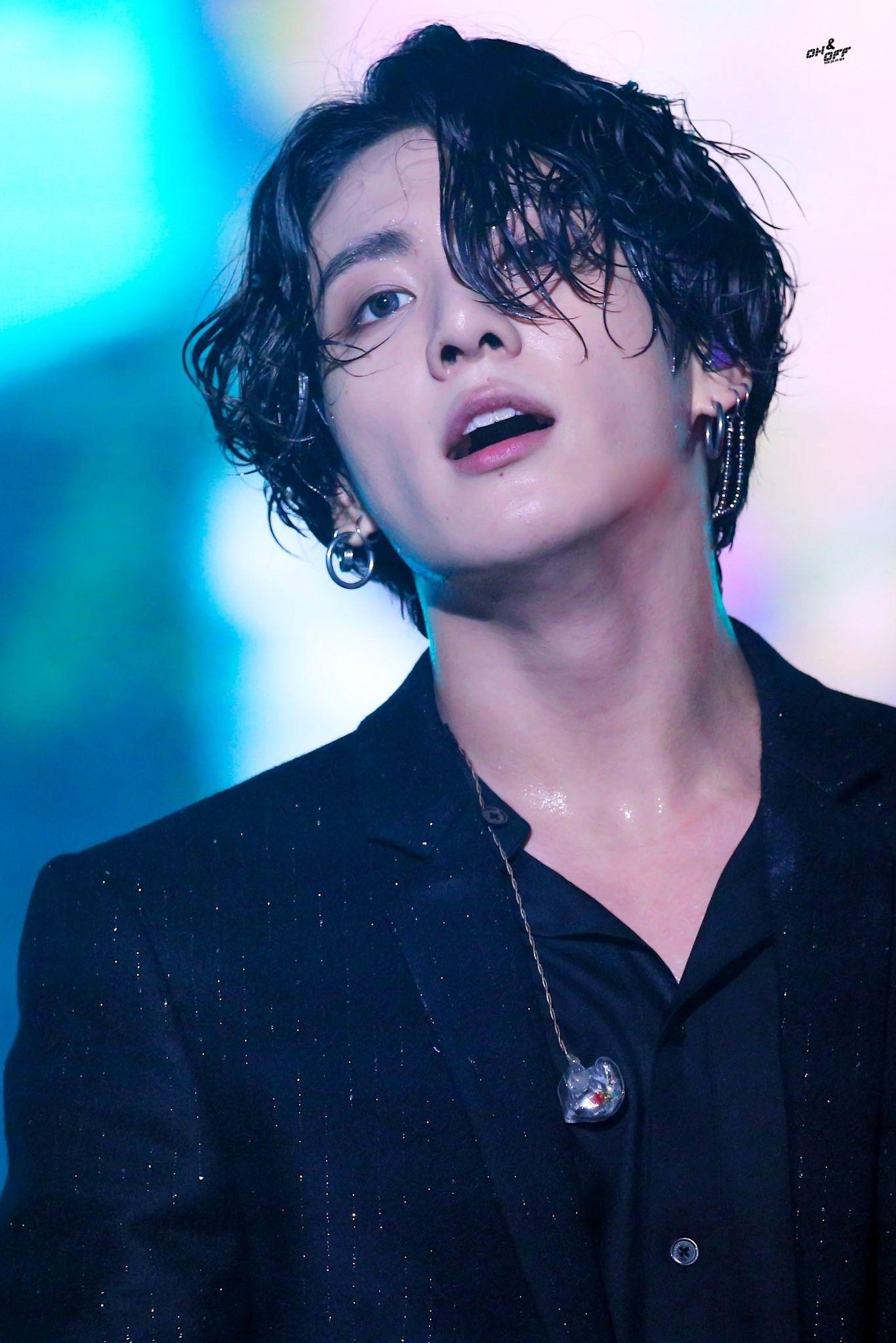Kiểu tóc nam dài uốn xoăn của JungKook