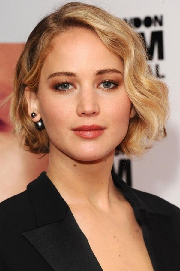 Kiểu tóc ngắn uốn sóng cho phụ nữ trung niên