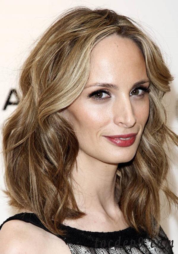 Kiểu tóc ngắn uốn xoăn ngang vai cho phụ nữ tuổi 50