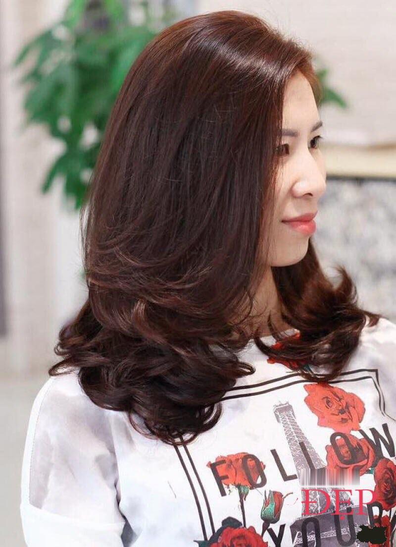 Kiểu tóc xoăn ngang vai cho phụ nữ U50