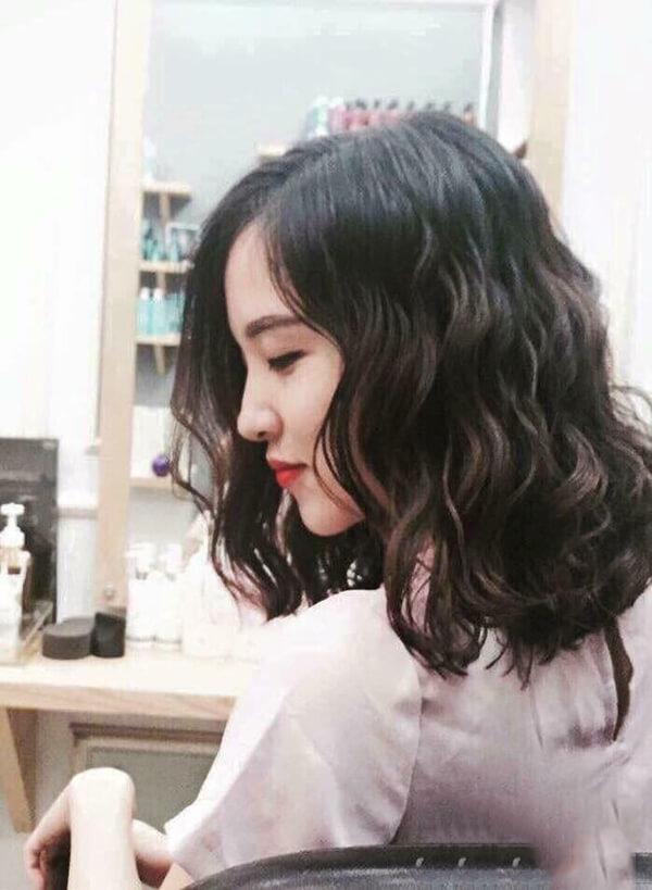 Kiểu tóc đen xoăn ngang vai đẹp