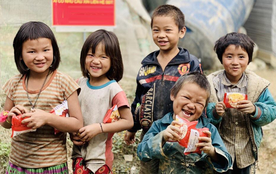 Ảnh những đứa trẻ nghèo được nhận bánh kẹo từ thiện