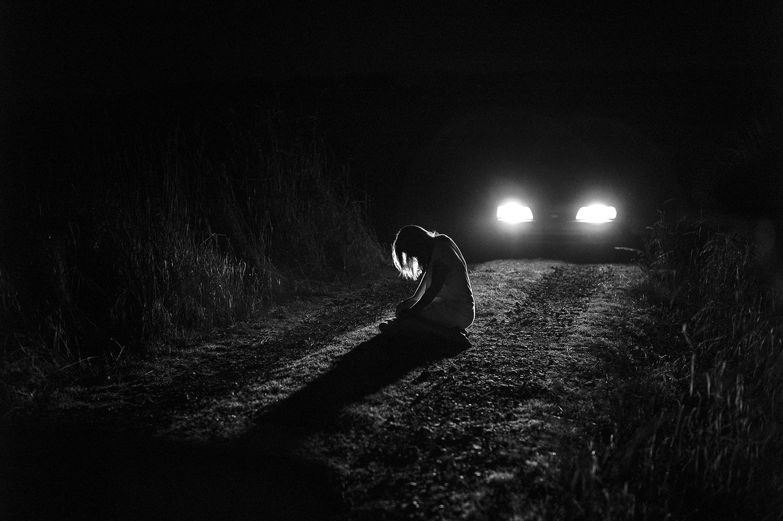 Ảnh trắng đen cô gái trong đêm buồn