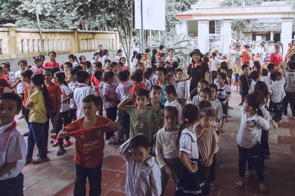Ảnh Trung thu của trẻ em nghèo vùng cao gây xúc động