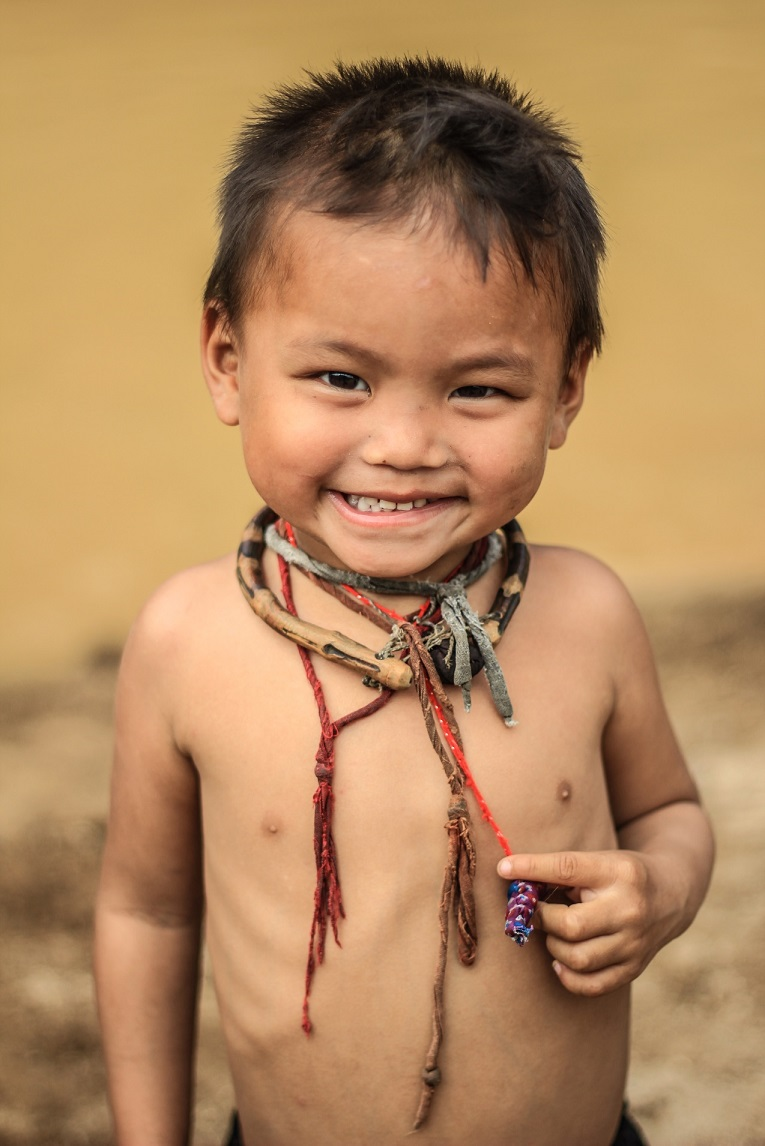 Hình ảnh cậu bé nghèo cười
