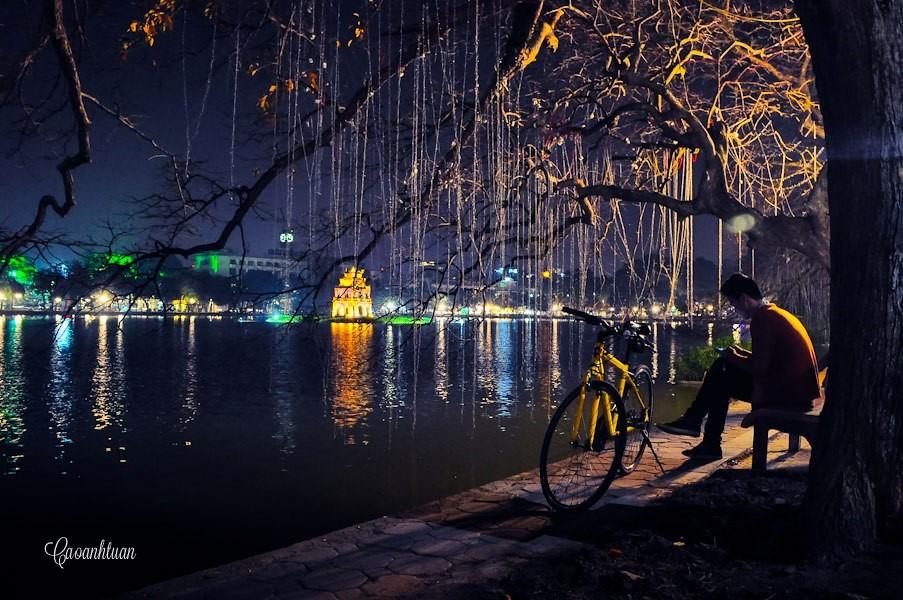 Hình ảnh đêm cô đơn bên bờ hồ