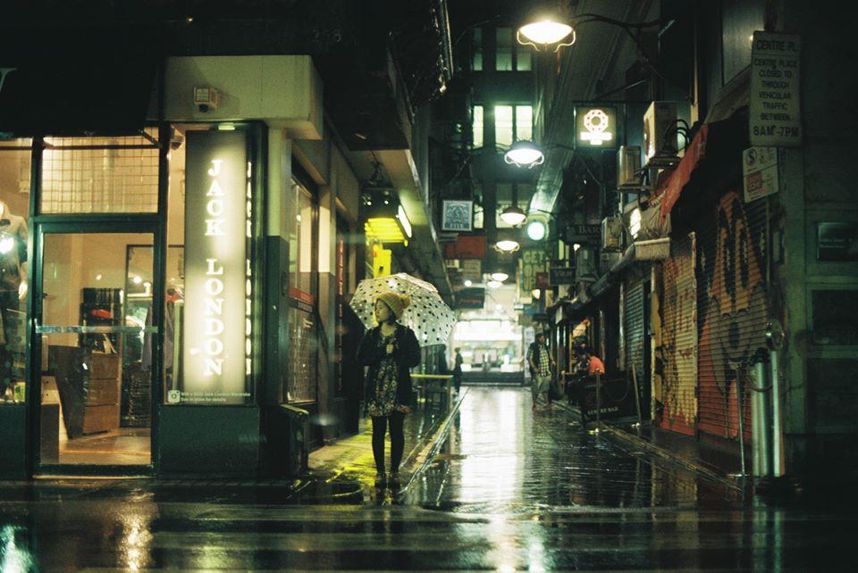Hình ảnh girl tâm trạng dưới đêm mưa