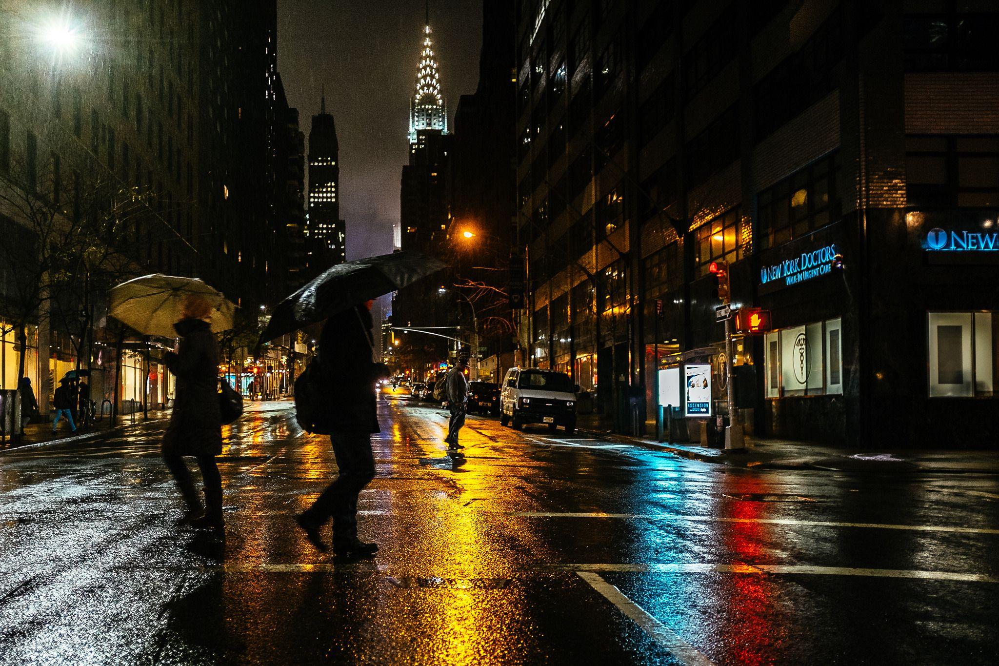 Hình ảnh lạc bước trong đêm mưa