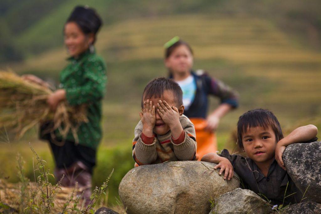 Hình ảnh những đứa trẻ nghèo vùng cao vui chơi