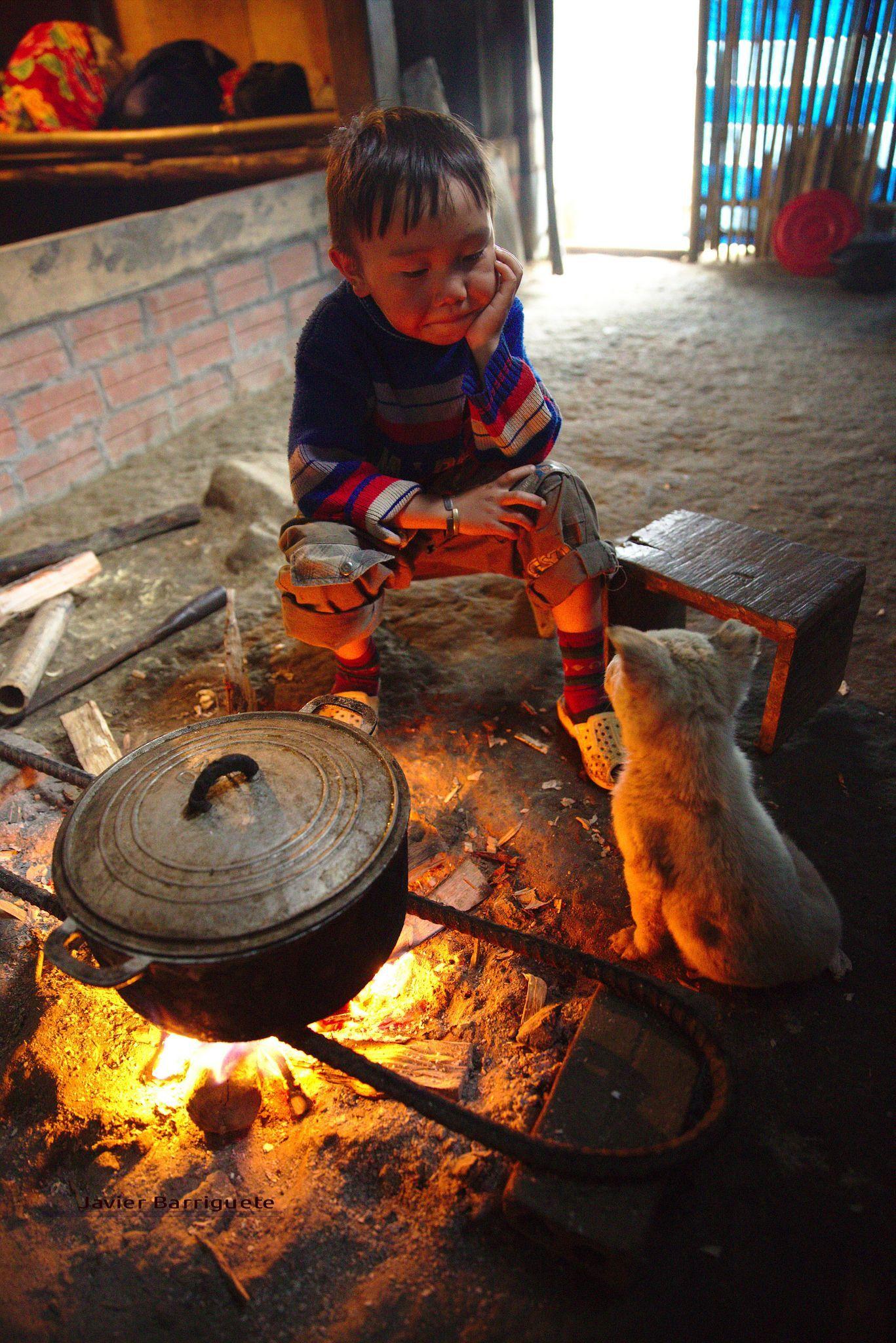 Hình ảnh trẻ em nghèo bên người bạn nhỏ