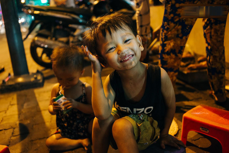 Hình trắng đen về trẻ em nghèo vùng cao