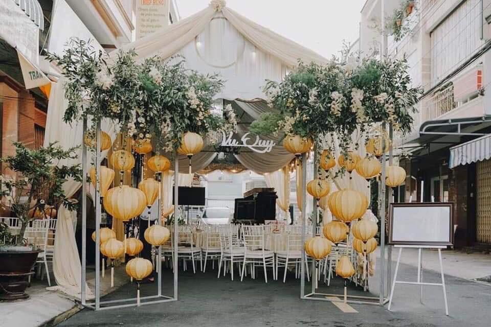 Cổng hoa đám cưới trang trí với lồng đèn