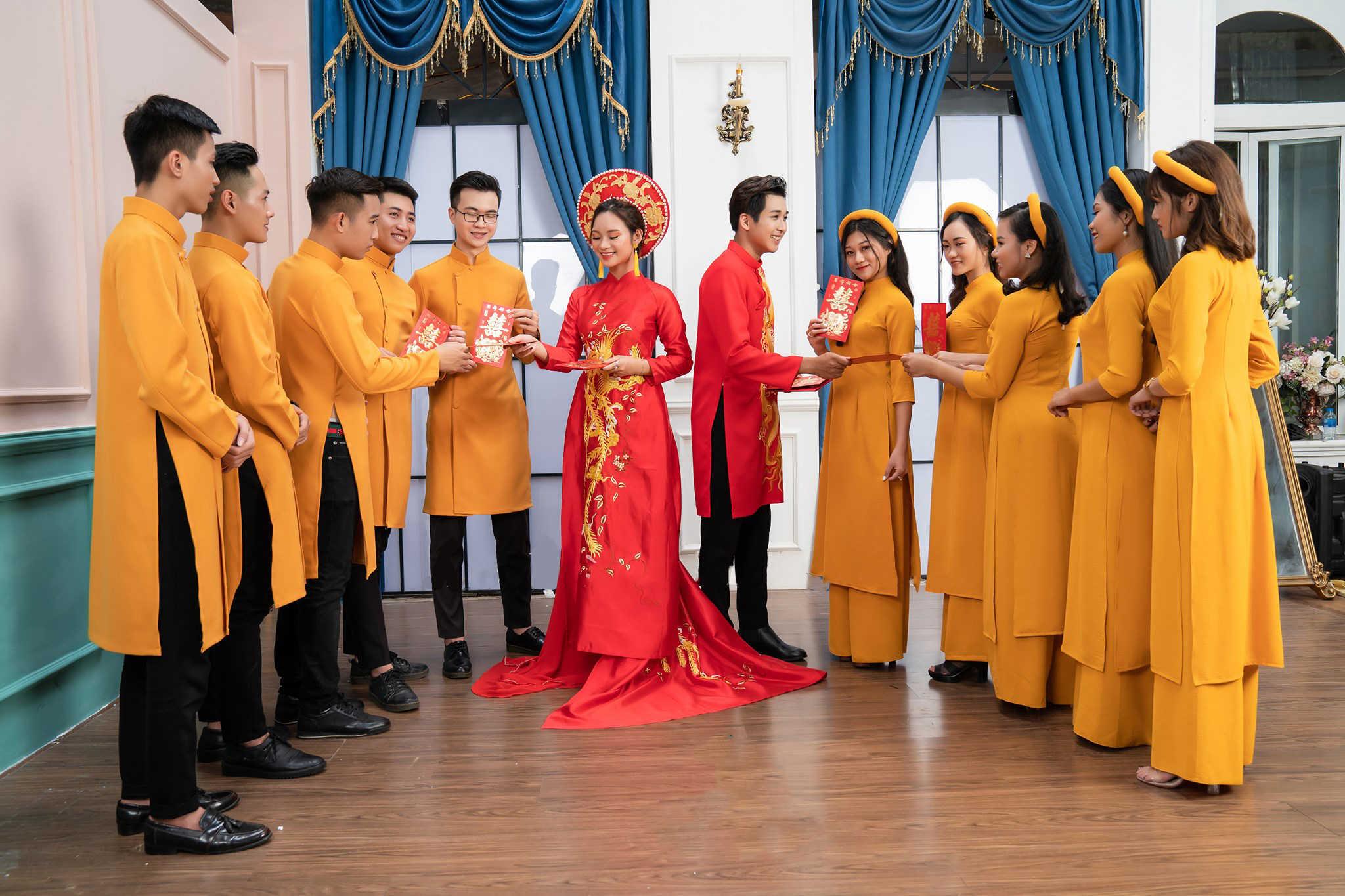 Mẫu áo dài bưng mâm màu vàng đẹp