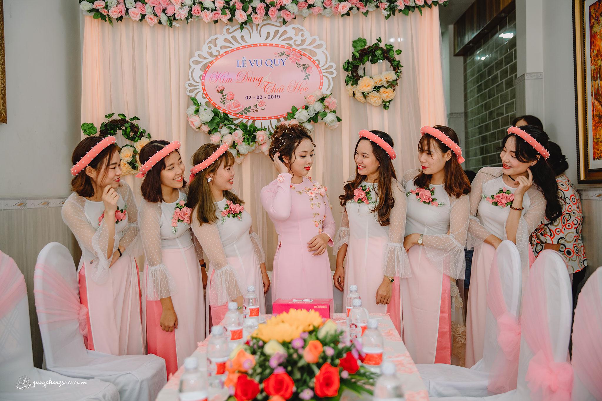 Mẫu áo dài bưng quả hồng trắng