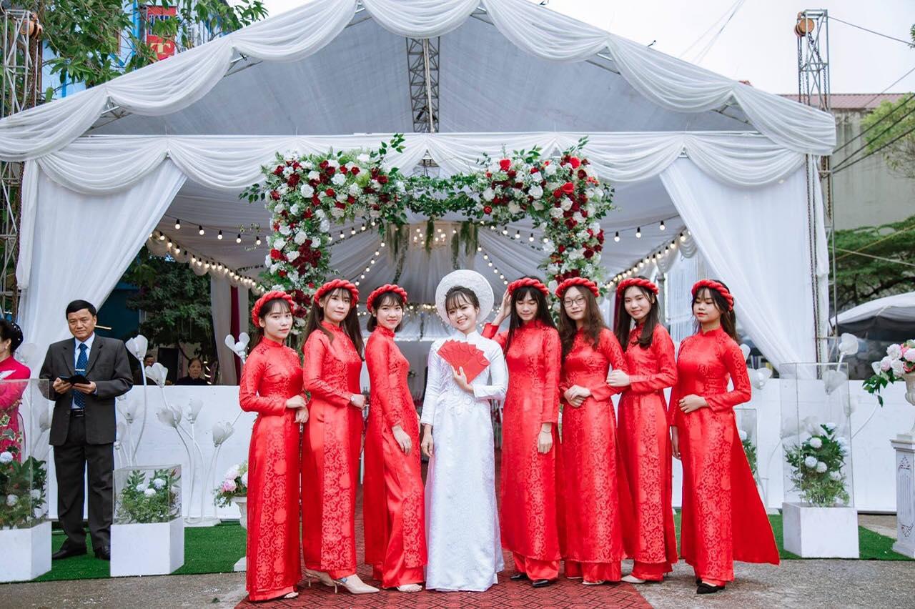 Mẫu áo dài bưng quả màu đỏ truyền thống