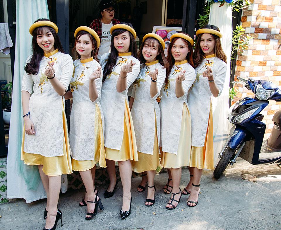 Mẫu áo dài bưng quả vàng trắng