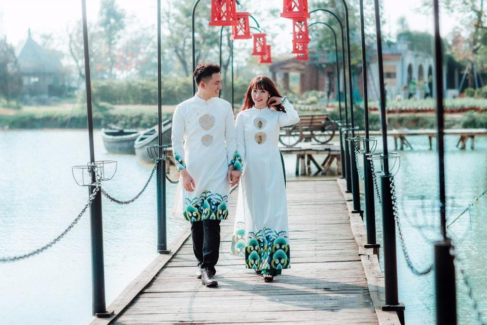 Mẫu áo dài cưới trắng hoa văn xanh đẹp