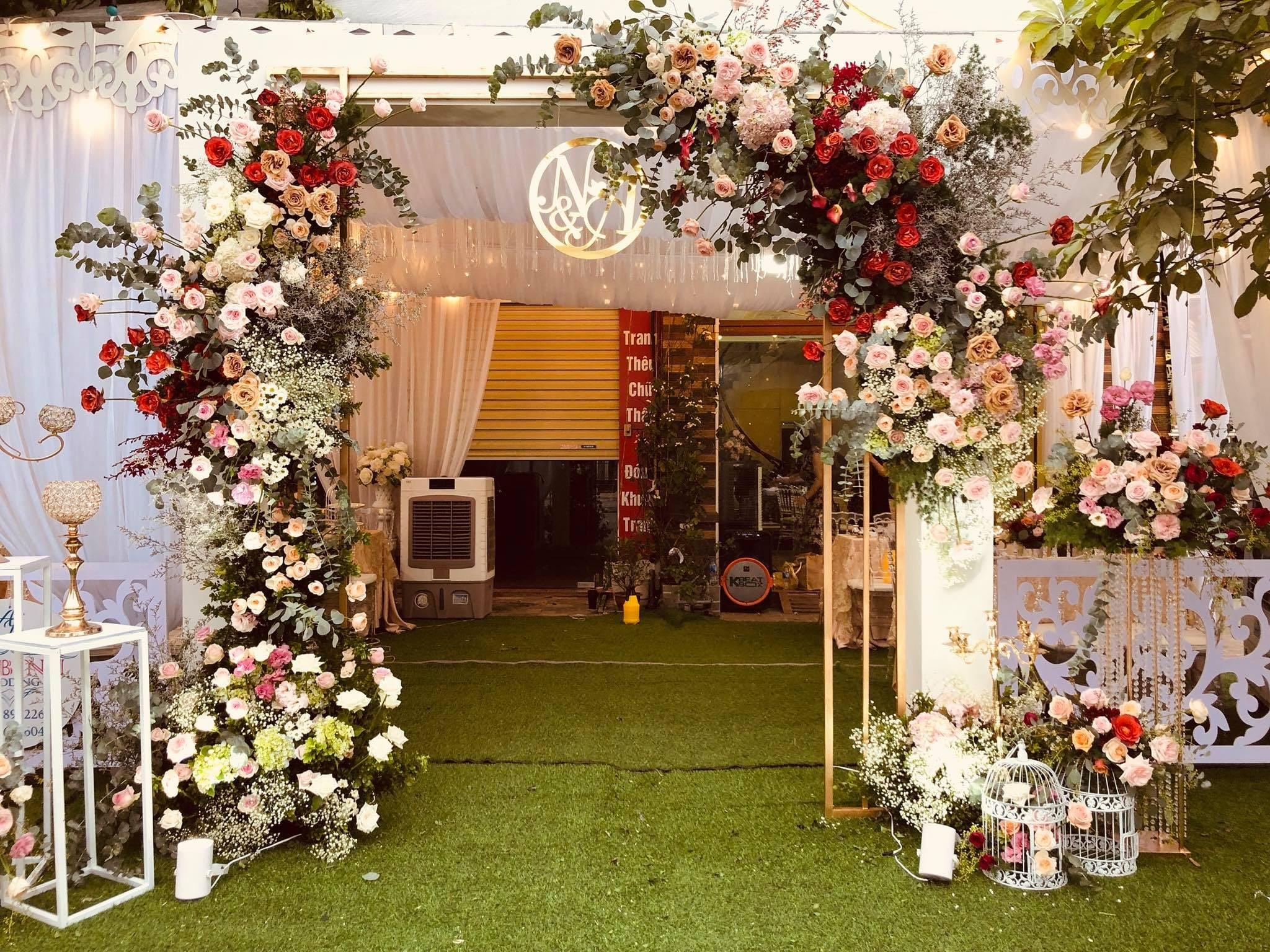 Mẫu cổng cưới trang trí kiểu hiện đại