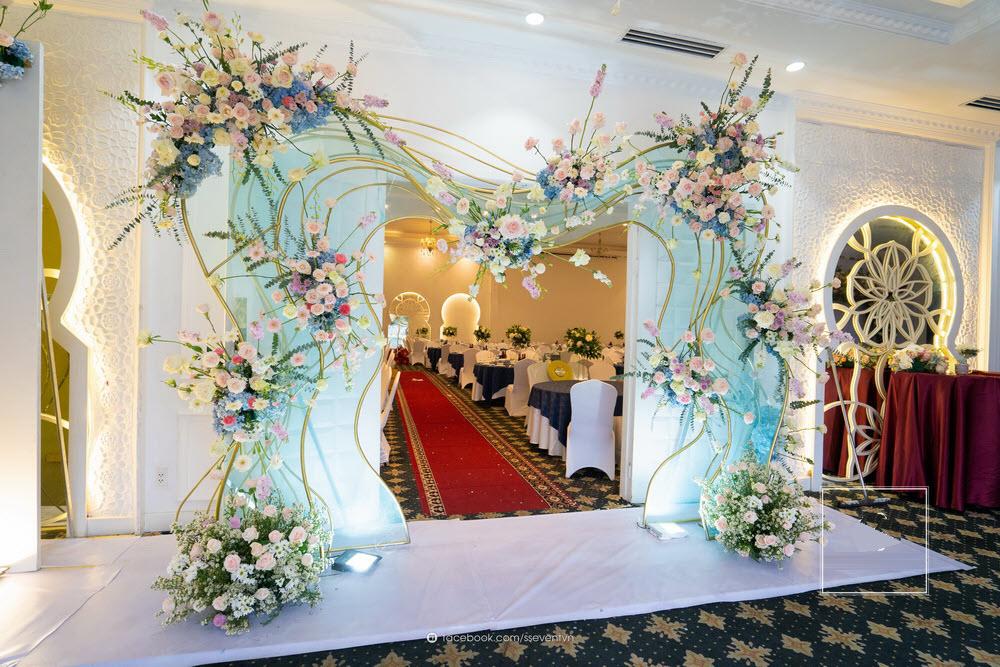 Mẫu cổng hoa đám cưới tổi chức tại nhà hàng trung tâm tiệc cưới