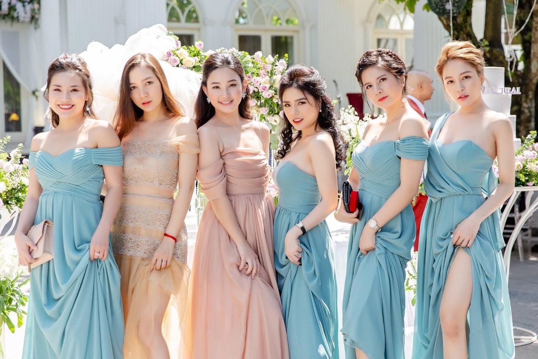 Mẫu váy phù dâu đơn giản, sang trọng