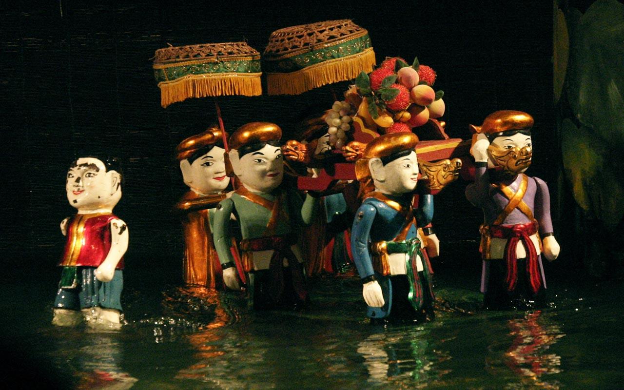 Ảnh múa rối nước - loại hình dân gian Việt Nam thu hút du khách nước ngoài