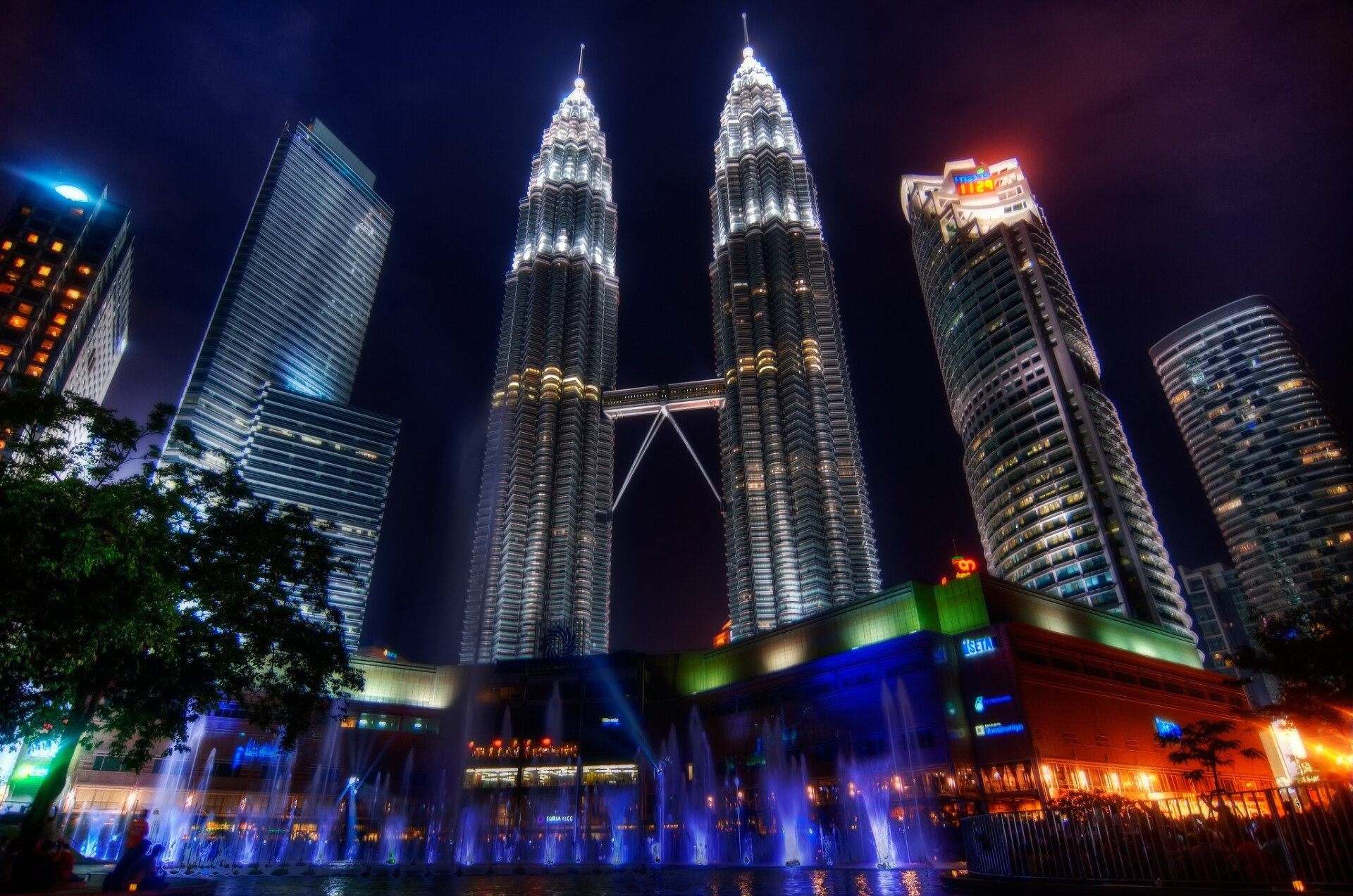 Ảnh tháp đôi Petronas lung linh ánh đèn