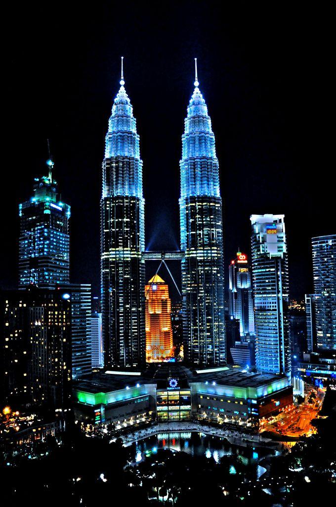 Ảnh tòa tháp đôi Petronas rực rỡ trong đêm tối
