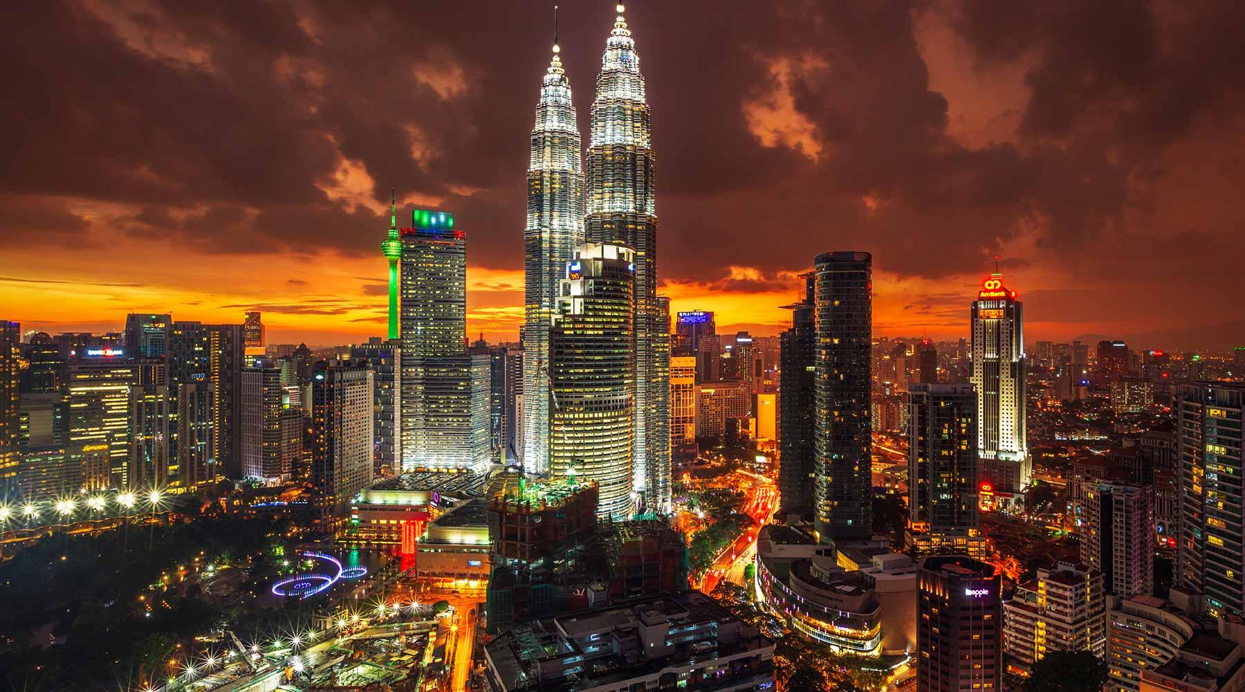 Ảnh tòa tháp đôi Petronas sừng sững tại trung tâm Kula Lumpur