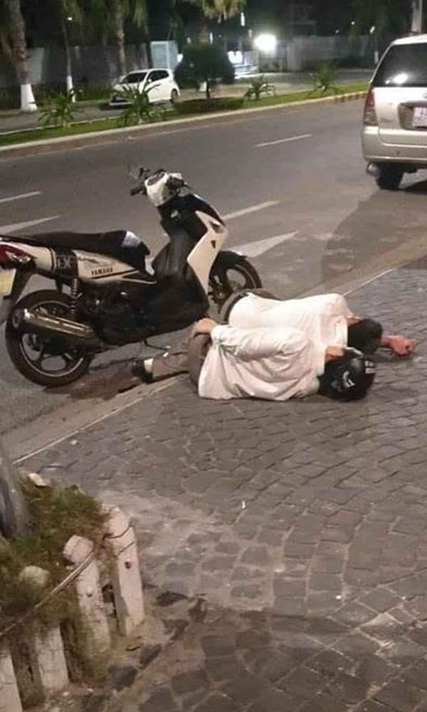 Hình ảnh 2 thanh niên say rượu ôm nhau ngủ quên trời đất bên lề đường