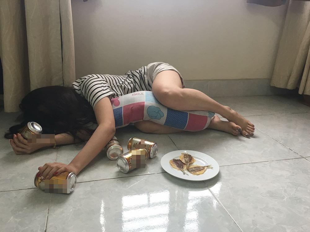 Hình ảnh con gái say rượu buồn cười