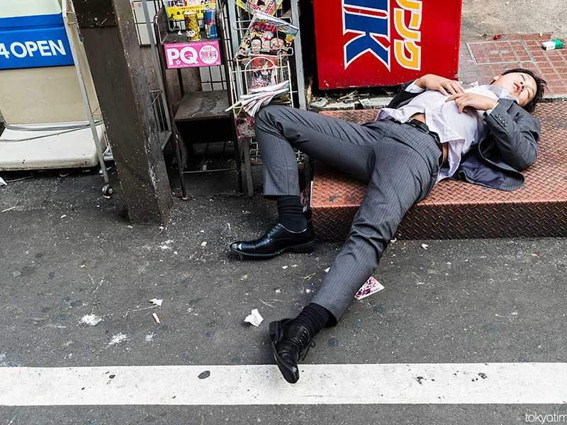 Hình ảnh nam thanh niên say xỉn ngủ ngoài đường hài hước nhất